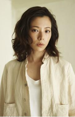 ドラマ「東京独身男子(AK男子)」で、美貌な弁護士役をされている桜井ユキさんが、ドラマ1話、2話で着用されている衣装ってどんなものなんでしょーか。